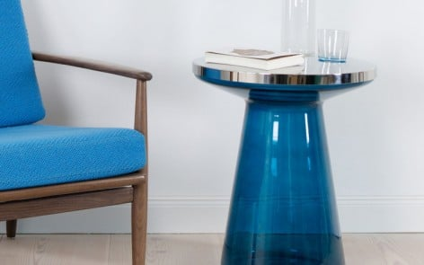 Figure Side Table in blue glass and stainless steel with blue mid-century chair