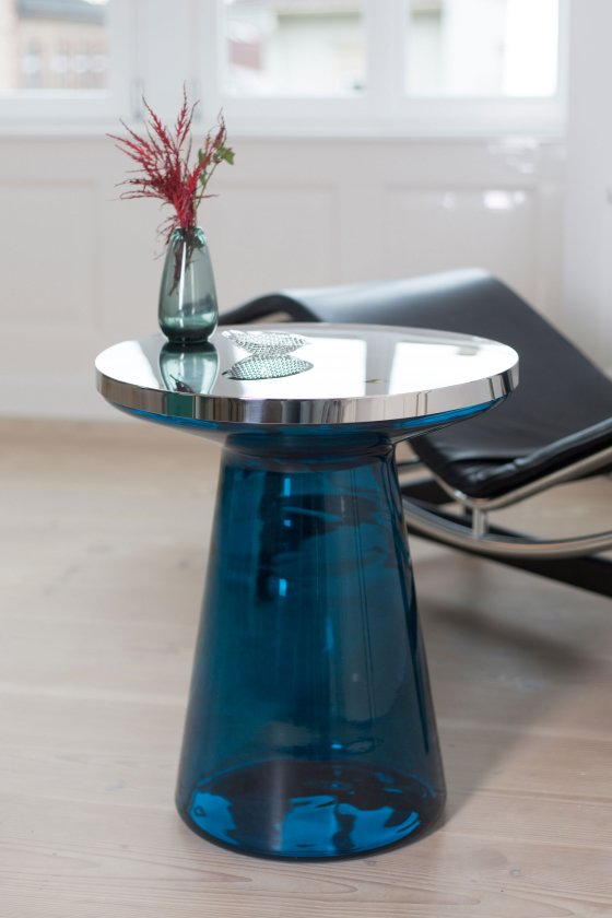 TEO Figure Side Table in blue glass and stainles steel with vase and flower